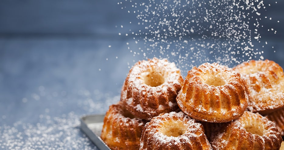 Bundt cakes with powdered sugar